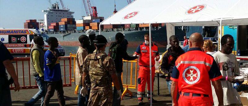 1044 immigrati sbarcati a Salerno – in campo l'HUMANITAS
